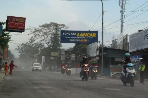 Indonésie: évacuations après l'éruption d'un volcan