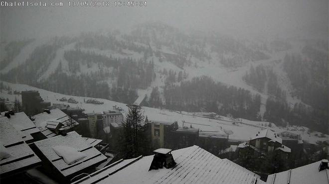 Phénomène inhabituel en France: de la neige dans les Alpes-Maritimes, des secours viennent en aide à des alpinistes