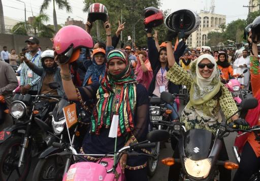 Au Pakistan, des femmes s'émancipent en deux-roues