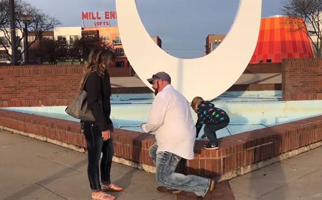 Il filme sa demande en mariage mais ne s'attendait pas à la réaction de son fils (vidéo)