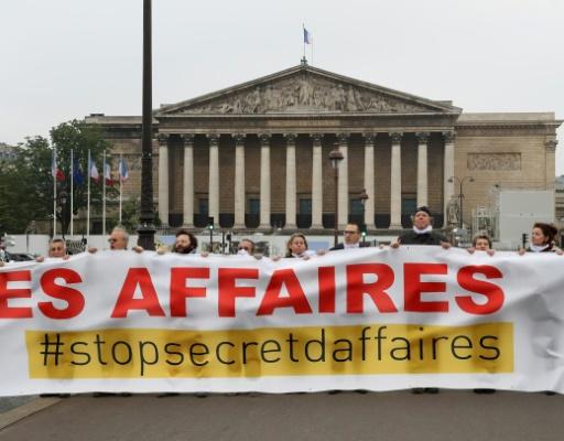 Secret des affaires: une banderole déployée devant l'Assemblée nationale