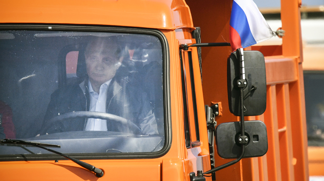 Vladimir Poutine inaugure un pont qui relie la Russie à la Crimée au volant d'un camion: