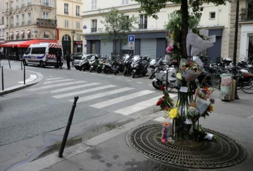 Attaque au couteau: hommage à Paris à la victime décédée
