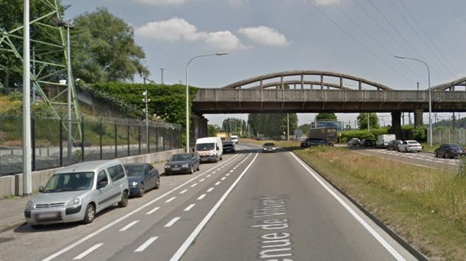 Un camion, qui transportait des buses et des plaques métalliques, perd son chargement dans l'avenue de Vilvorde à Bruxelles
