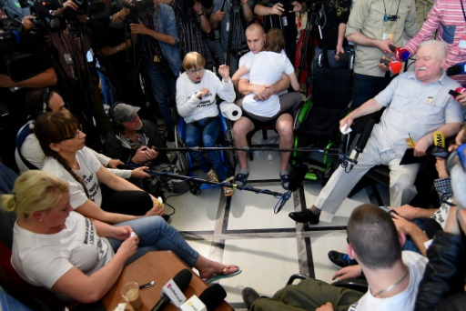 Pologne: Lech Walesa aux côtés des manifestants handicapés