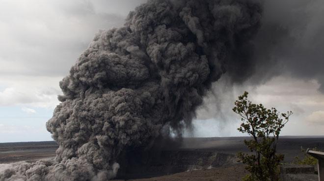 A Hawaï, l'éruption du volcan Kilauea devient toxique: des IMPRESSIONNANTES fumées d'acide s'échappent du cratère
