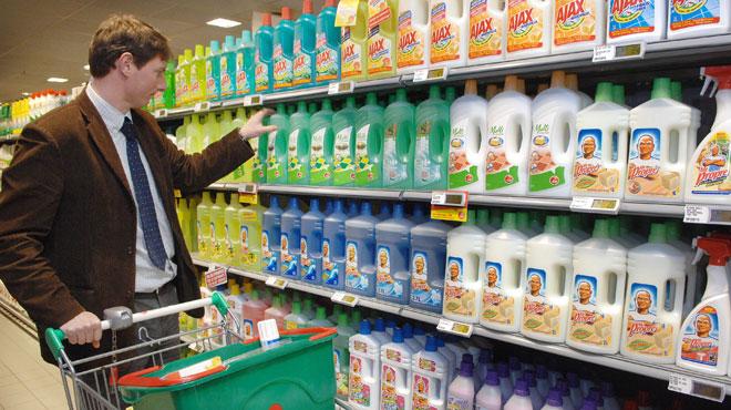 Poudre à lessiver, produit vaisselle, détergent... Les produits ménagers sont à l'origine de nombreux accidents domestiques chez les adultes