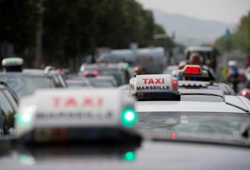 Marseille: environ 200 taxis protestent contre