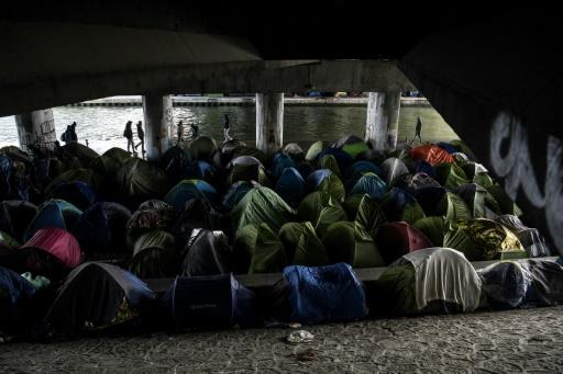 Migrants à Paris: Collomb annonce une évacuation des campements