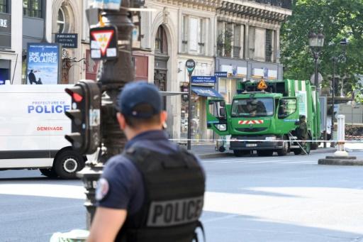 Paris: deux éboueurs arrêtés à bord d'un camion-poubelle volé pour une action anti-Macron
