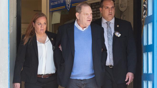Inculpé de viol et agression sexuelle, Harvey Weinstein quitte le commissariat MENOTTÉ (photos et vidéo)