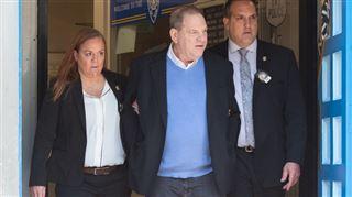 Inculpé de viol et agression sexuelle, Harvey Weinstein quitte le commissariat MENOTTÉ (photos et vidéo) 2