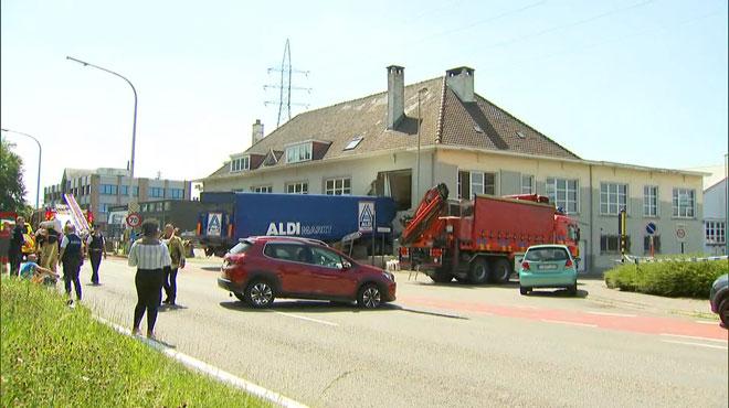 Un camion 'Aldi' percute un bâtiment de police à Machelen: deux morts