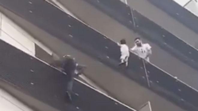 Peur sur Paris: il escalade un immeuble pour sauver un enfant suspendu dans le vide (vidéo)