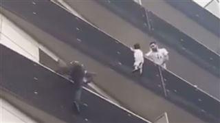 Peur sur Paris- il escalade un immeuble pour sauver un enfant suspendu dans le vide (vidéo) 4