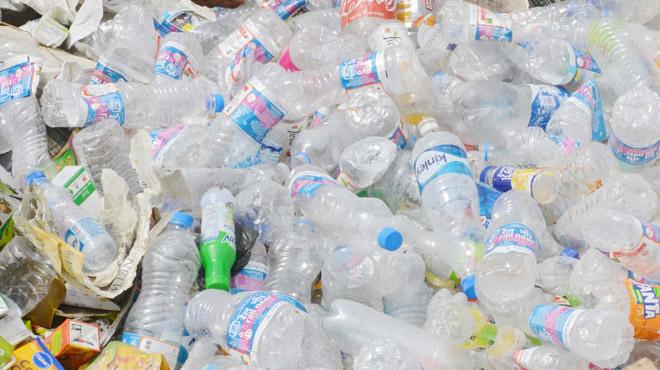 46 milliards de bouteilles à usage unique par an: la Commission européenne se décide à agir contre le FLÉAU du plastique