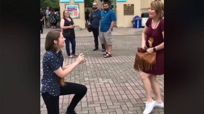 Becky se met à genou pour demander sa copine en mariage… celle-ci se met à fouiller dans son sac pour une drôle de raison