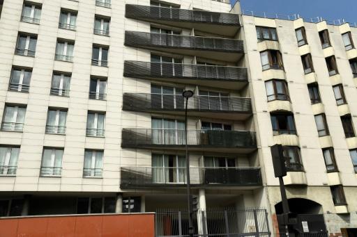 Après l'exploit de Mamoudou Gassama, les passants se pressent en bas de l'immeuble