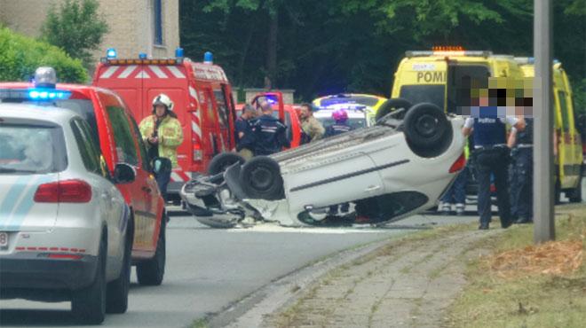 Une voiture termine sur le toit après une collision à Charleroi: deux blessés
