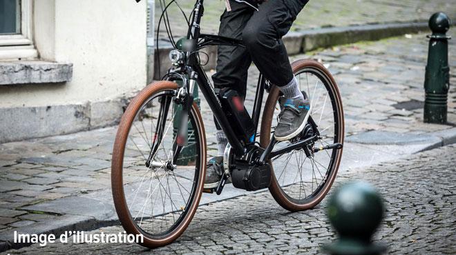 Un enfant entre la vie et la mort: une voiture a percuté deux cyclistes à Laeken