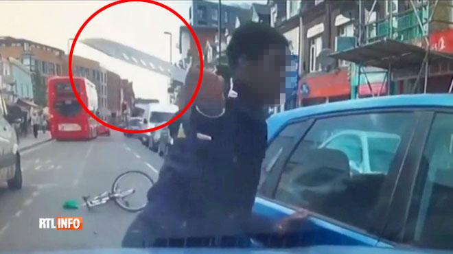 Cette vidéo choque la Grande-Bretagne: un cycliste sort un énorme couteau pour s'en prendre à une voiture