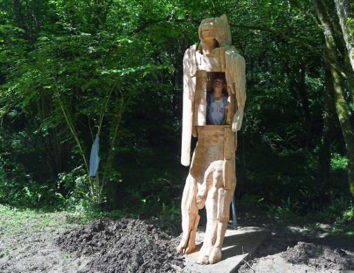 Poincheval s'enferme dans un homme-lion pour un voyage préhistorique
