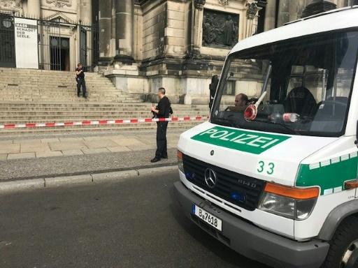 La police tire sur un homme à l'intérieur de la cathédrale de Berlin