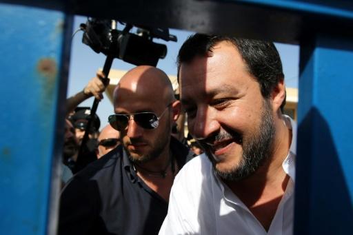 Sicile: devant un centre pour migrants, Salvini déchaîne les passions