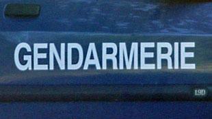 Des gendarmes français n'en croient pas leurs yeux: ils arrêtent 9 ados entassés dans une voiture sans permis qui a du mal à avancer...