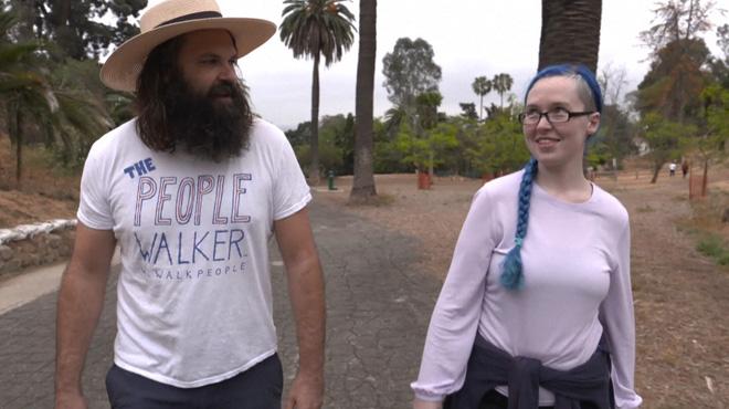 Anie paie Chuck pour qu'ils se baladent ensemble: les promeneurs de personnes, nouvelle tendance aux Etats-Unis