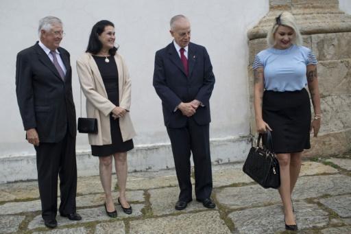 La famille impériale se voit sur le trône, pour régler le