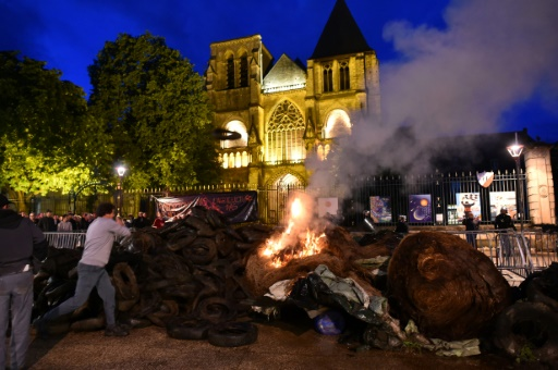 Le Mans: des agriculteurs expriment leur colère devant la préfecture