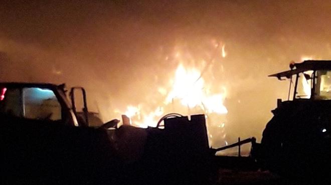 Un incendie ravage une grange à Peissant: le feu de paille est très difficile à maîtriser