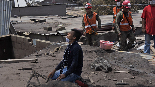 Les recherches suspendues après l'éruption du Volcan de Feu au Guatemala: le bilan s'alourdit à 109 morts