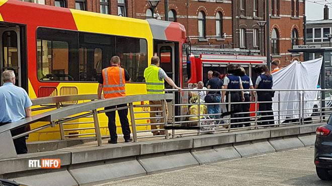 Une dame tombe sur les voies et se retrouve coincée sous un tram à Charleroi