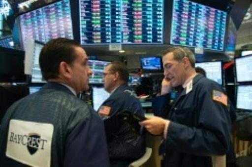 Wall Street finit en hausse, tournée vers une semaine chargée