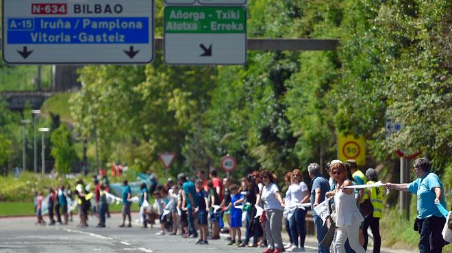 Après la Catalogne, l'indépendance du Pays Basque? 175.000 Basques forment une chaîne humaine de 202 km !