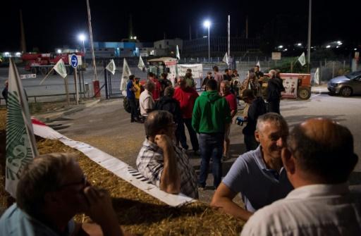 Les agriculteurs français en colère bloquent des dépôts de carburant
