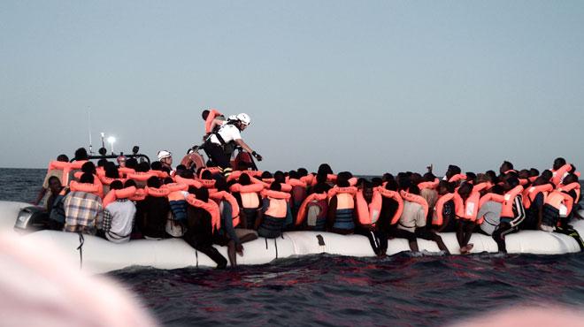 Un bateau de migrants, dont des femmes enceintes et des enfants, coincé en mer après un refus de Malte et de l'Italie: l'Espagne accepte de les accueillir