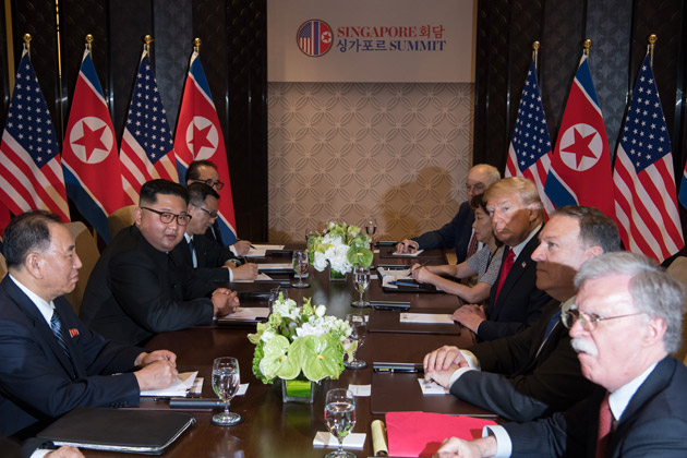 trump-kim-jun-un-mains-bureau