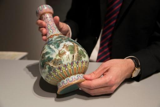 Un vase chinois du 18e siècle vendu aux enchères 16,2 millions d'euros à Paris