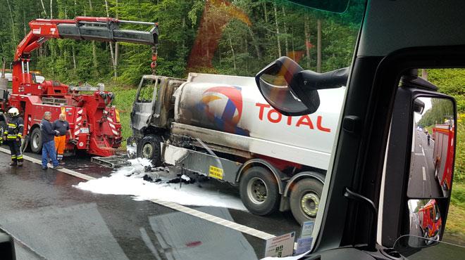 Un camion-citerne en feu sur l'A16-E42 à Pommerœul: l'autoroute fermée pendant plusieurs heures