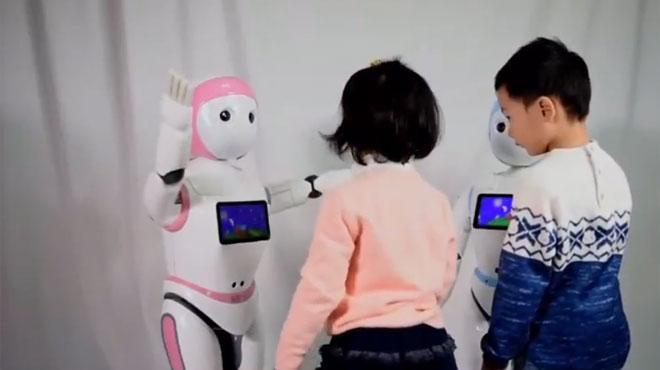 En Chine, un robot-professeur de la taille d'un enfant a été conçu pour garder les tout-petits: il peut parler à distance avec les parents (vidéo)