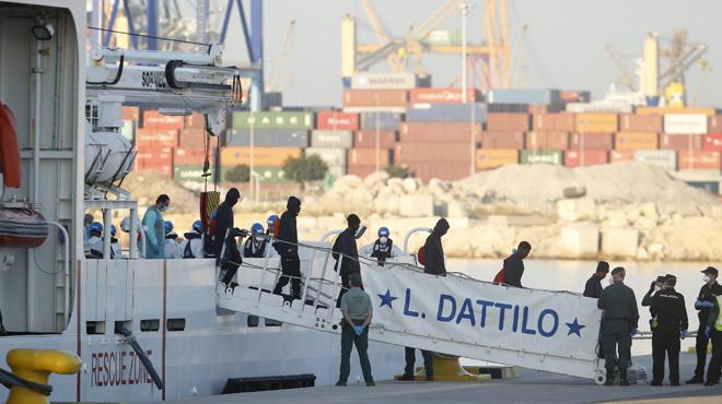 Après une semaine d'errance, les migrants de l'Aquarius sont arrivés en Espagne: et maintenant?