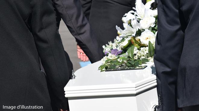 Il meurt écrasé par le cercueil de sa mère — Indonésie