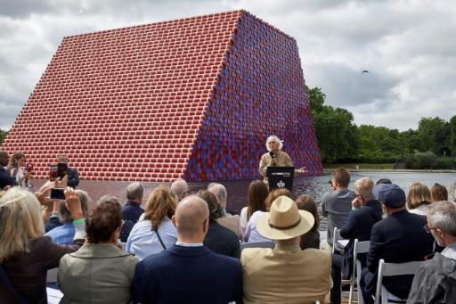 L'artiste Christo empile 7.500 bidons en plein coeur de Londres