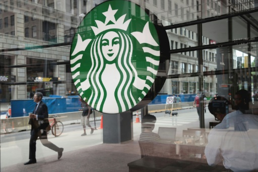 Starbucks accélère la fermeture de cafés, verse des milliards aux actionnaires