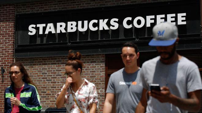 Starbucks accélère la fermeture de cafés... mais verse des milliards à ses actionnaires