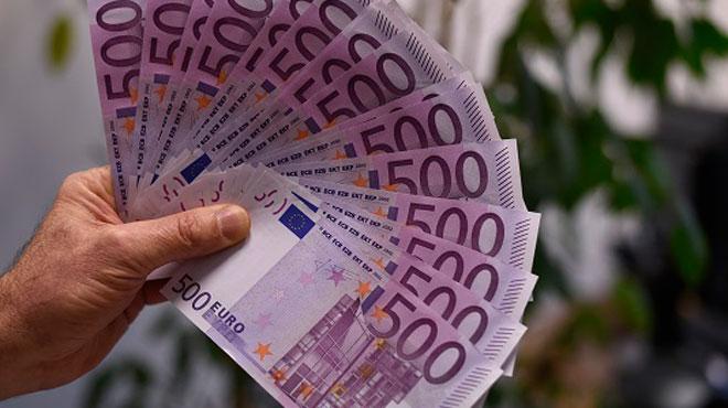 Un couple de SDF trouve 300.000 € dans une maison inhabitée et les partage avec 11 amis: