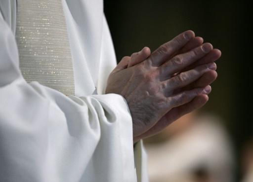 Un prêtre gifle un bébé lors d'un baptême, le diocèse le suspend